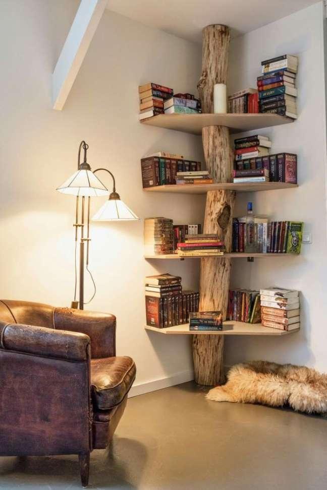 27. Estante de canto de madeira rústica para cantinho da leitura – Foto Pinterest