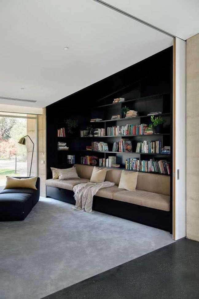 9. Cantinho de leitura com estante de canto e sofá confortável – Foto Pinterest