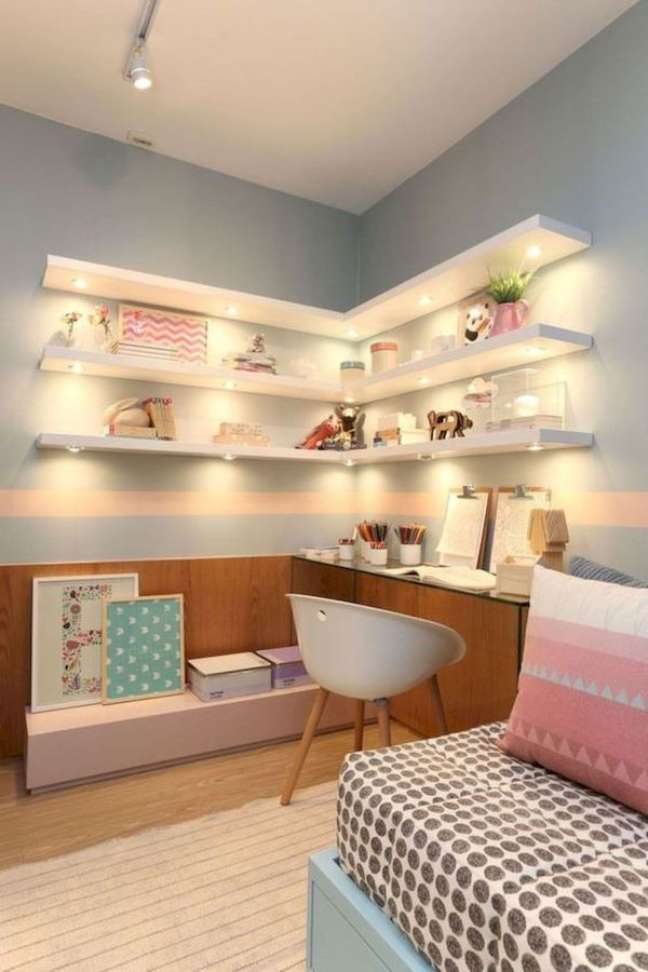 16. Decoração de quarto infantil com estante de canto e prateleiras brancas -Foto 33Decor