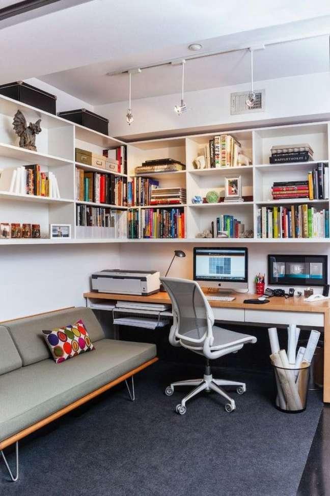 50. Sala com home office e estante na parede – Foto amazon