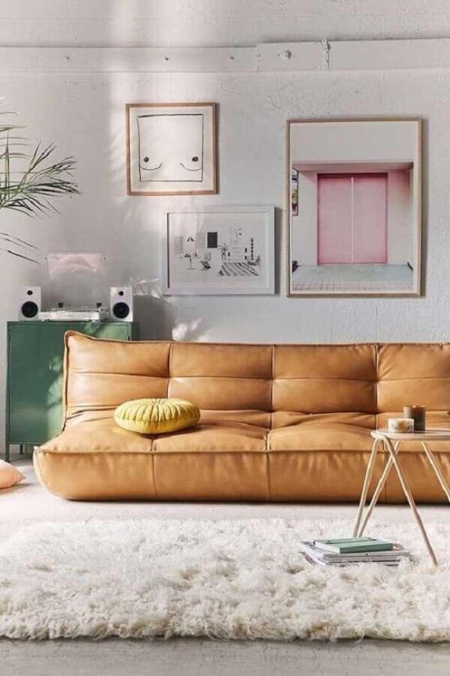 48. Sala simples decorada com sofá cor caramelo sem braço e tapete felpudo – Foto: Jeito de Casa