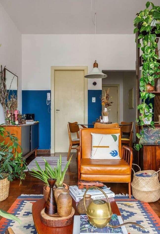 50. Sala simples decorada com vasos de plantas e poltrona cor caramelo de couro – Foto: Histórias de Casa