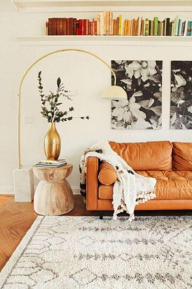 53. Sofá cor caramelo para decoração de sala com prateleira para livros – Foto: Pinterest