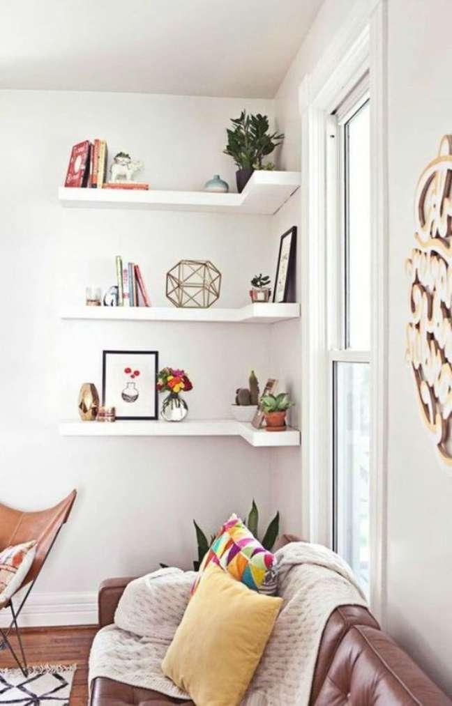 14. Decoração de sala de estar com estante de canto simples – Foto Cote Maison