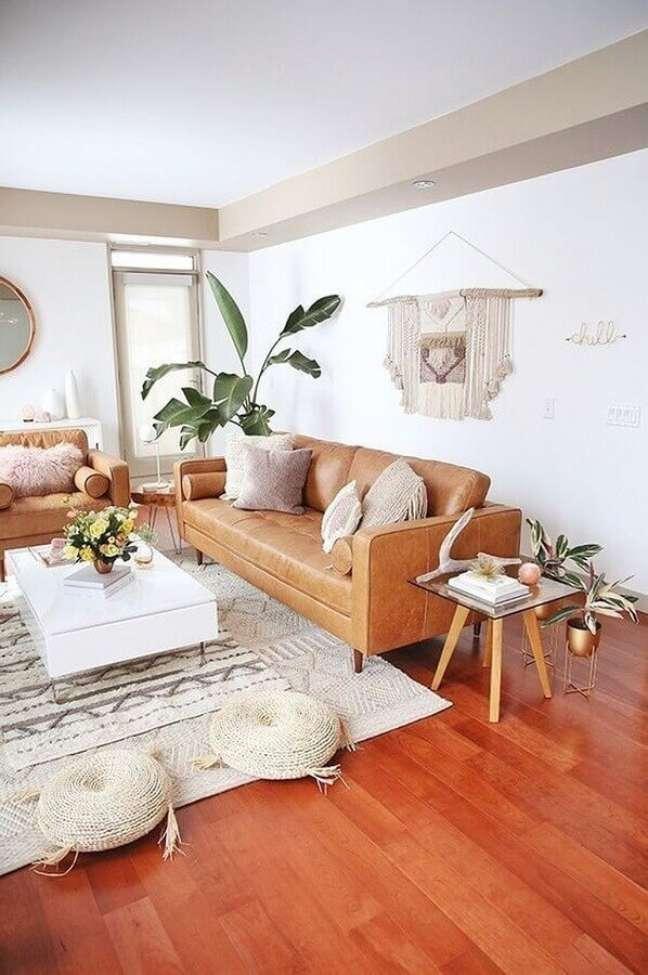 4. Sofá cor caramelo para decoração de sala de estar branca – Foto: Casa de Valentina
