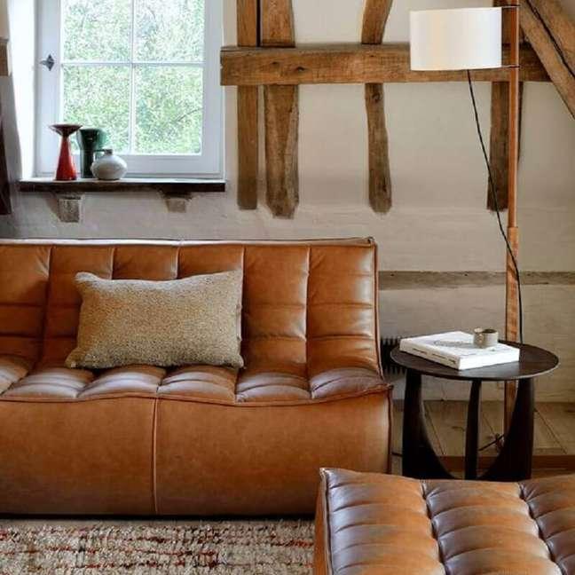 40. Sala de estar decorada com sofá cor caramelo de couro moderno – Foto: Lekker Home
