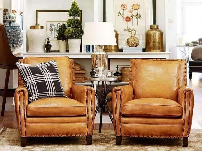39. Sala de estar branca decorada com poltrona cor caramelo de couro – Foto: Living Home