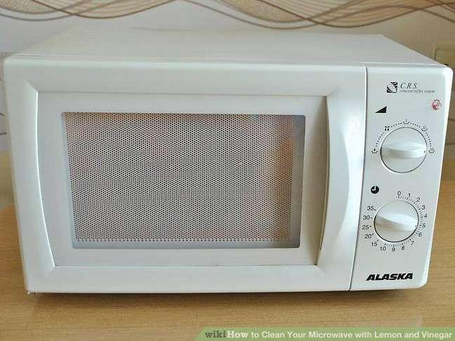 5. O terceiro passo de como limpar microondas é fazer um programa de 5 minutos com o refratário no interior. Deixando-o descansar por 3 minutos após a contagem acabar.