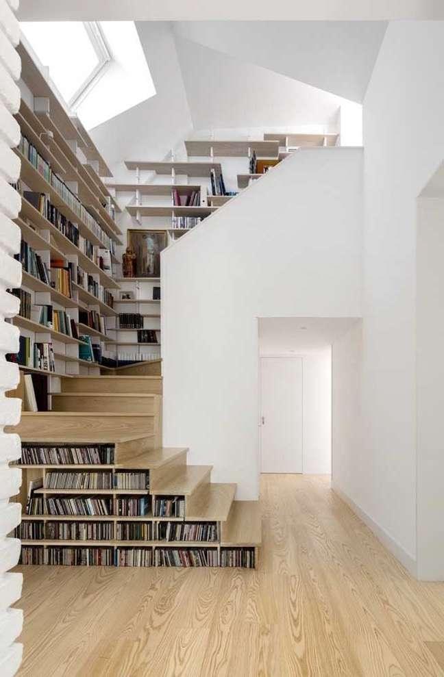 11. Casa com estante de canto planejada na parede da escada – Foto Pinterest