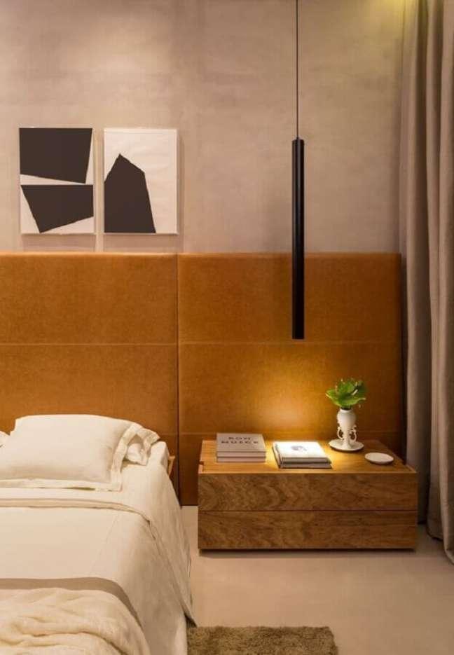 14. Cores neutras para quarto decorado com cabeceira cor caramelo e luminária moderna – Foto: Casa Très Chic