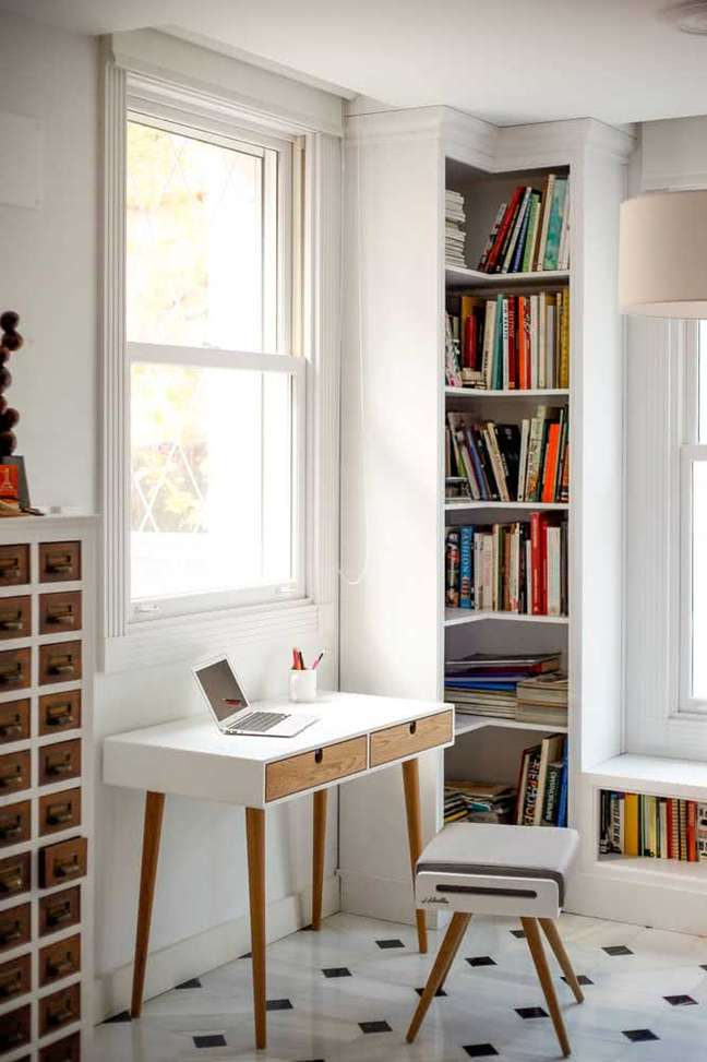 41. Quarto com estante de canto e escrivaninha para estudos – Foto Pinterest