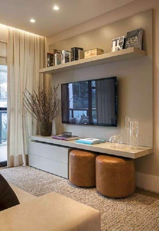 15. Cores neutras para sala de TV decorada com puff cor caramelo – Foto: Jeito de Casa
