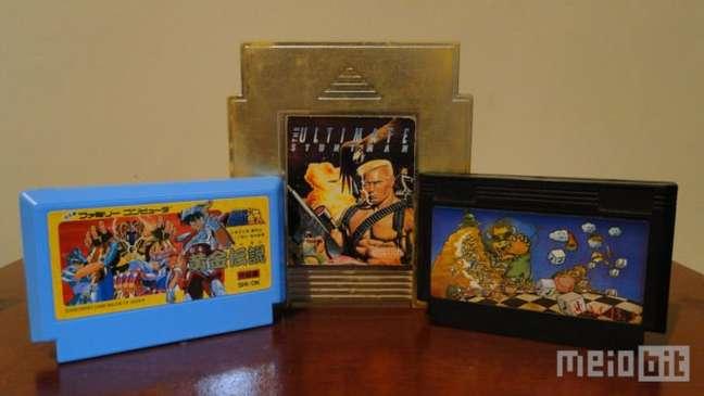 Um cartucho original do Famicom, um alternativo do NES da Camerica, e um pirata sem vergonha