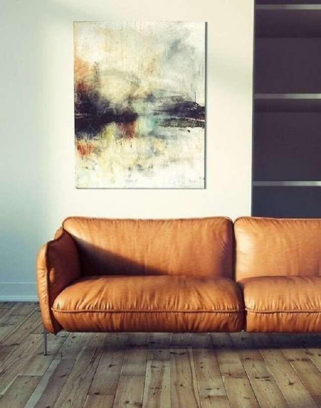 51. Sofá cor caramelo moderno para decoração de sala com piso de madeira – Foto: Pinterest