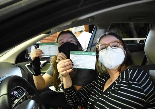 Jovem se vacinam dentro do carro na 'Virada da Vacina', em São Paulo
