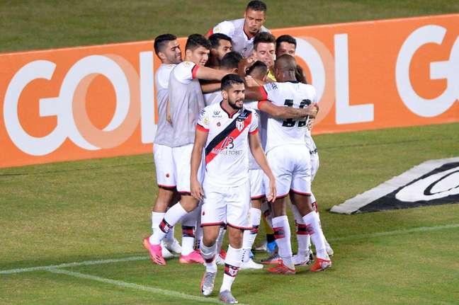 Jogadores do Atlético-GO comemoram gol durante partida contra o Bahia