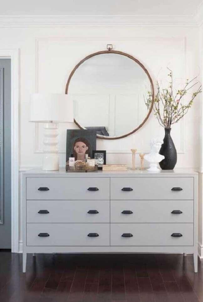 40. Decoração de cômoda branca com vaso preto e abajur branco – Foto: Pinterest