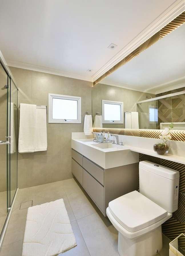16. O gabinete de banheiro com cuba dupla traz ainda mais conforto ao casal. Foto: Sidney Doll