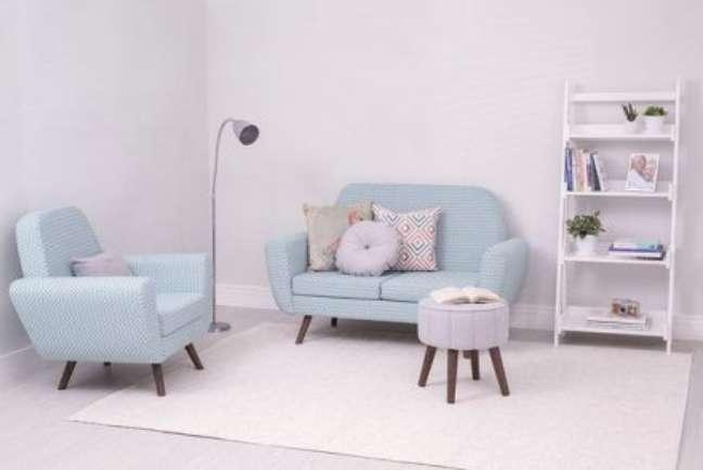 24. Sala pequena com conjunto de sofá pé palito na decoração clean – Foto Pinterest