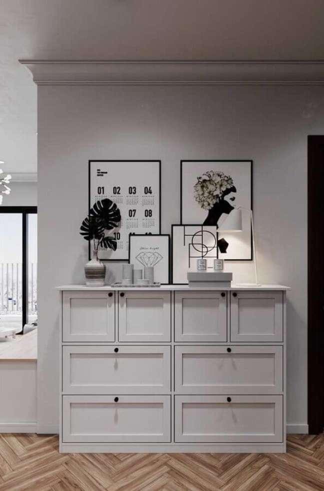 55. Quadros de parede e cômoda alta branca para decoração de corredor – Foto: Pinterest