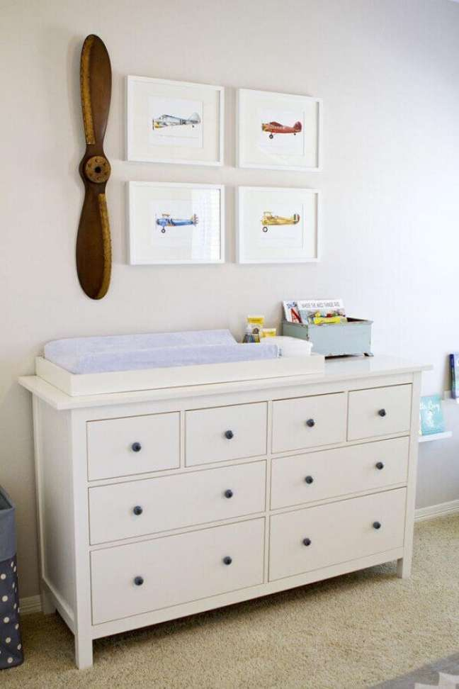 18. Cômoda branca com trocador para decoração de quarto de bebê – Foto: Home Fashion Trend