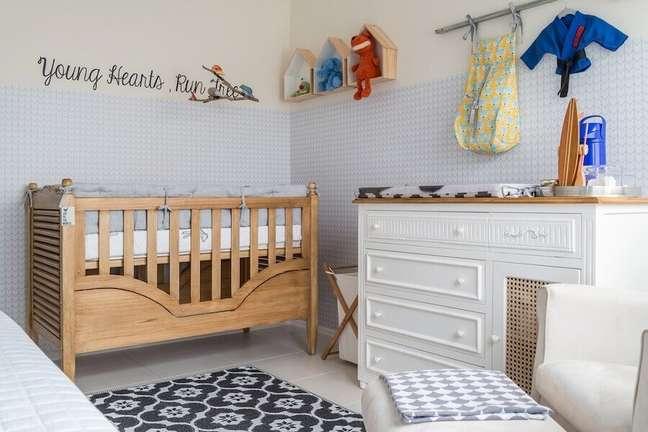 30. Cômoda de bebê branca para decoração de quarto com papel de parede 3D e berço de madeira – Foto: NaToca Design
