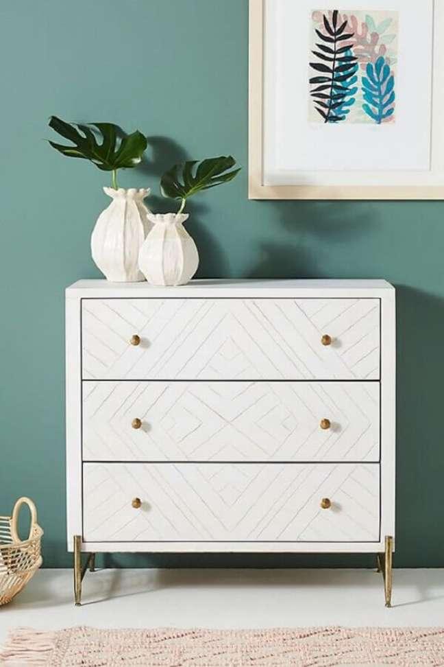 44. Decoração de quarto com vasos de plantas para cômoda branca pequena – Foto: Pinterest
