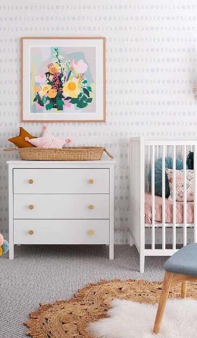 29. Cômoda branca pequena para quarto de bebê decorado com papel de parede delicado – Foto: Jeito de Casa