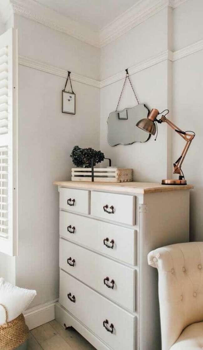 46. Decoração de quarto simples com cômoda branca antiga – Foto: Pinterest