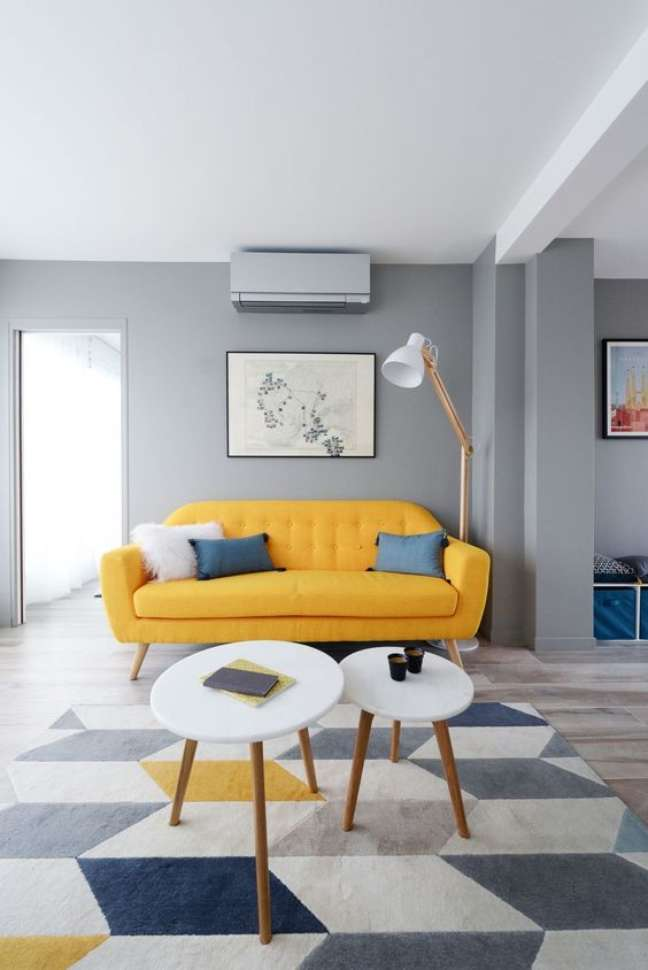27. Sofá amarelo com pé de palito na sala cinza – Foto Cote Maison