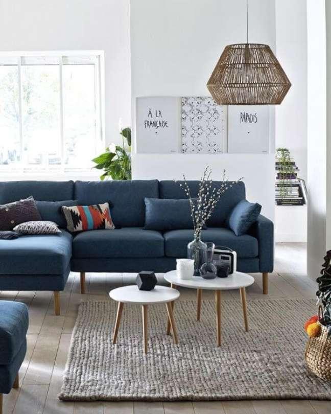 29. Sofá azul marinho com pé de palito e mesa de centro retrô na sala clean e sofisticada – Shake My Blog