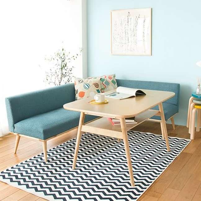 13. Sala com sofá pé palito e mesa de jantar de madeira retrô – Foto Receno