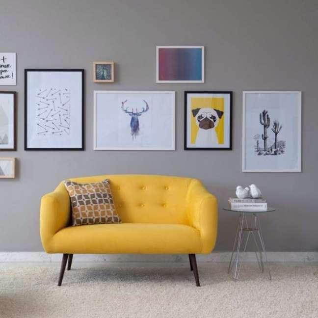 26. Sofá amarelo com pé de palito – Foto Pinterest