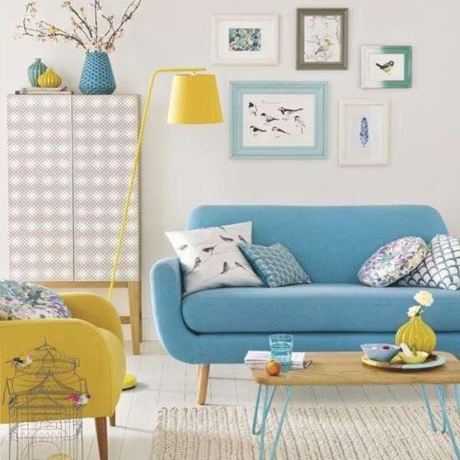 15. Sala com moldura colorida e sofá pé palito – Foto Pinterset