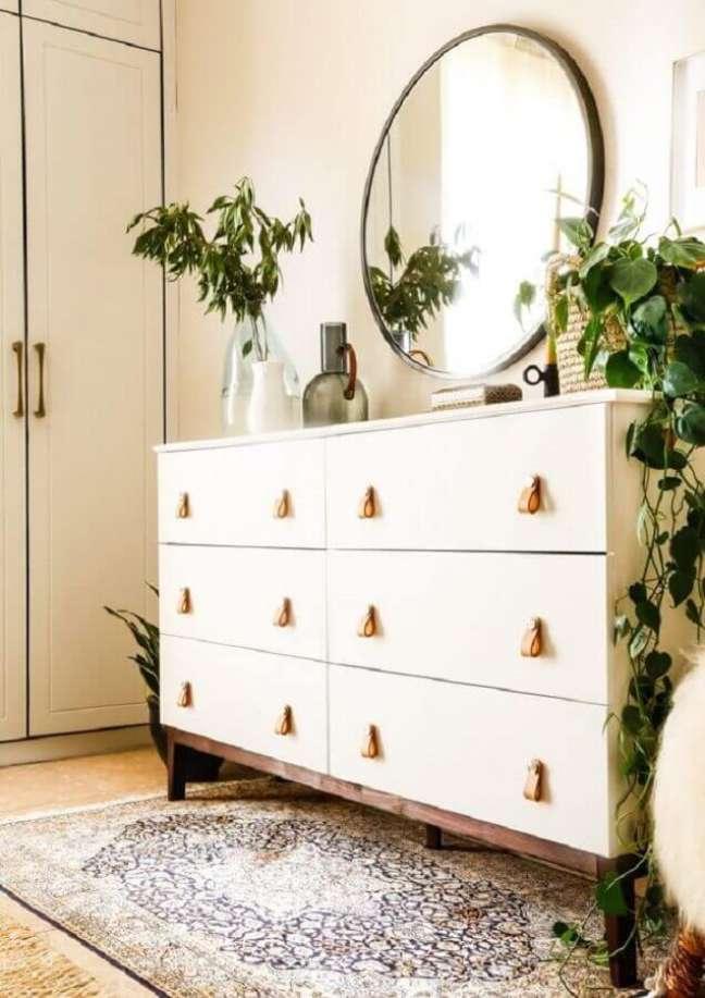 2. Cômoda branca para decoração de quarto com vasos de plantas e espelho redondo – Foto: Boho Deco Chic