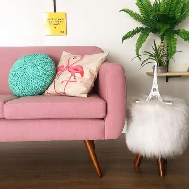 43. Sofá rosa com pé de palito – Foto Pinterest