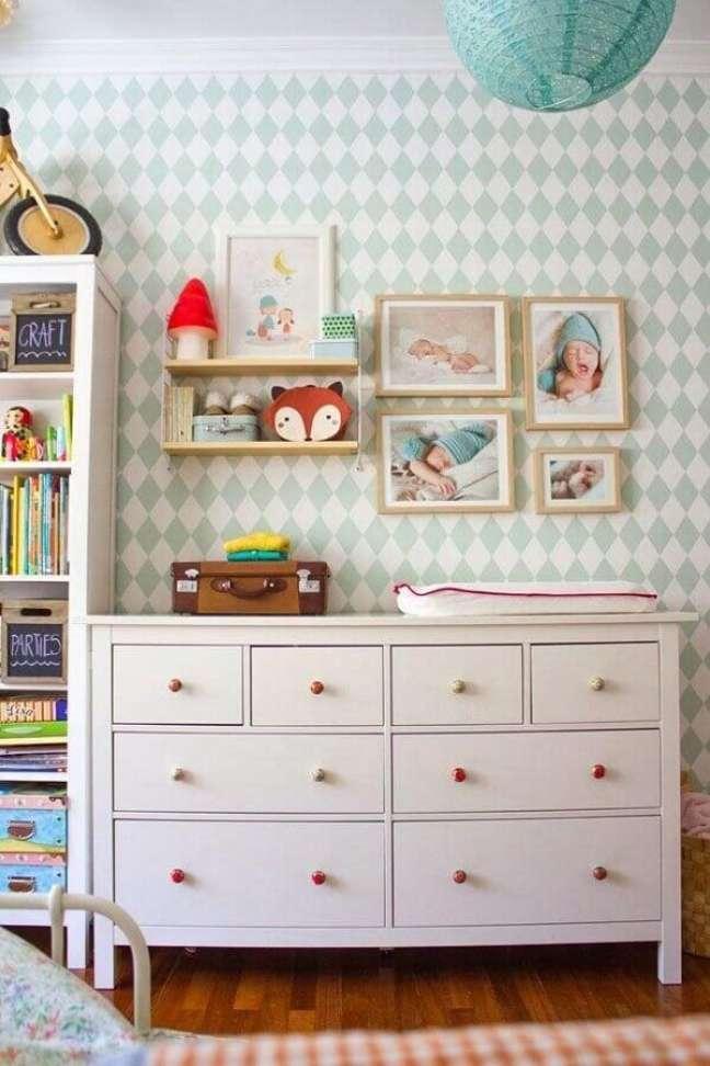 20. Cômoda branca para quarto de bebê com decoração simples – Foto: Apartment Therapy
