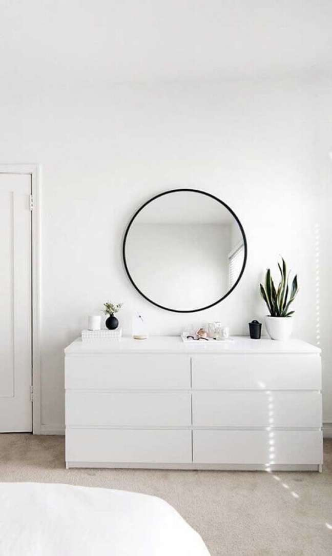 50. Decoração minimalista para quarto com espelho redondo e cômoda branca – Foto: Apartment Therapy