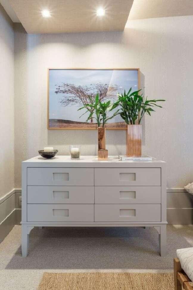 53. Hall de entrada decorado com cômoda branca – Foto: Quartos Etc.