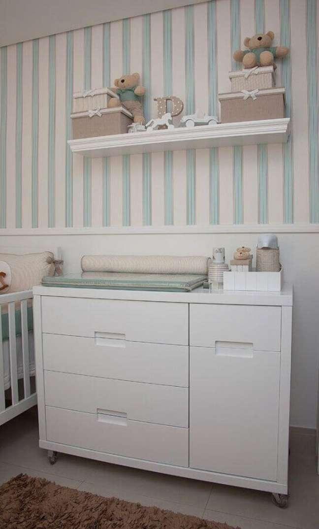 32. Cômoda de bebê branca para quarto decorado com papel de parede listrado – Foto: Pinterest