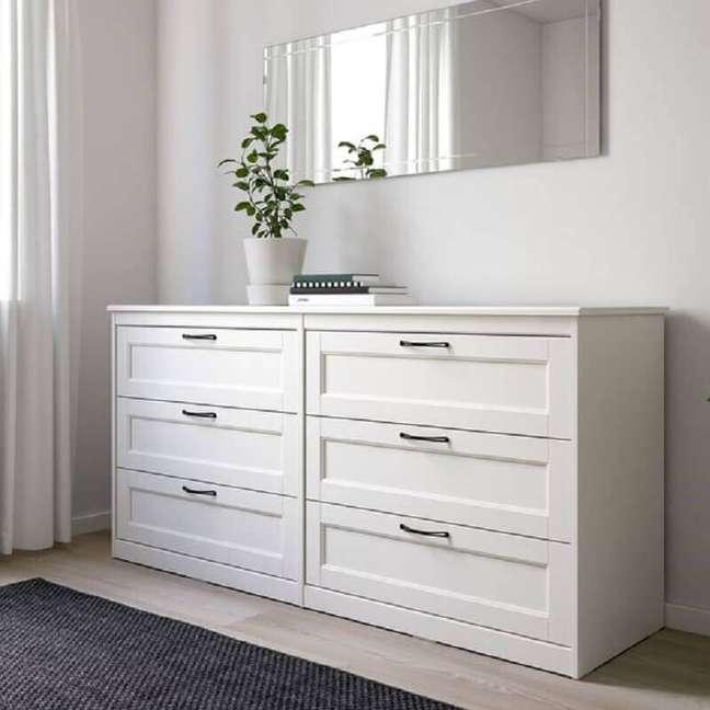 11. Decoração com espelho bisotê e cômoda branca para quarto de casal – Foto: Pinterest