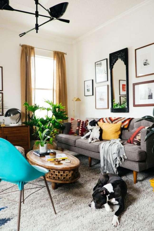 5. Sala com sofá retrô cinza e poltrona azul – Foto Pinterest