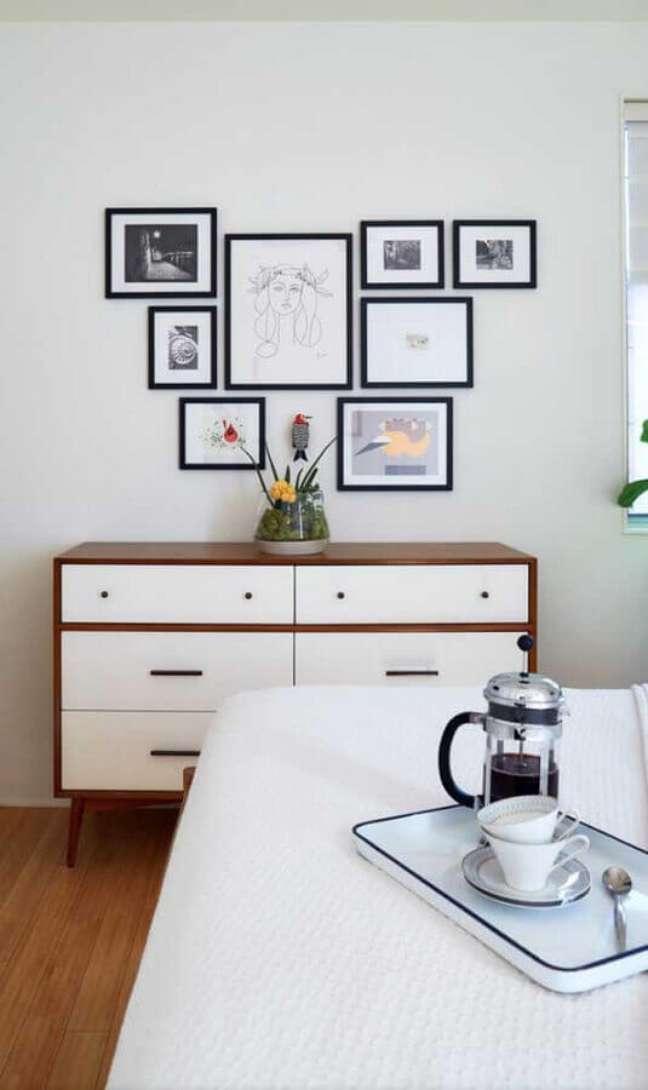 8. Decoração de quarto com cômoda retrô branca com madeira – Foto: Pinterest