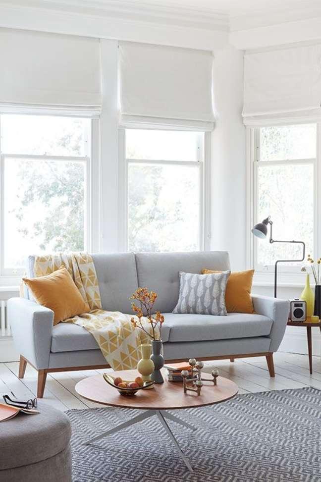 14. Sala com sofá pé palito cinza e almofadas coloridas – Foto Sofacom
