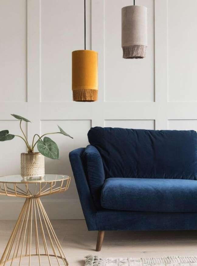 11. Sala branca com sofá pé palito azul marinho – Foto Pinterest