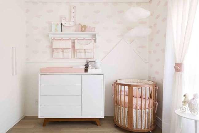 9. Quarto de bebê feminino decorado com papel de parede delicado e cômoda branca pequena – Foto: Pinterest