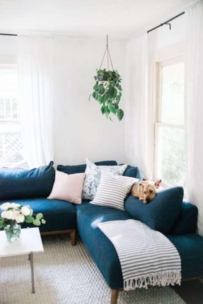 39. Sofá pé palito com chaise de canto azul marinho com manta e almofadas neutras – Foto The Identité Collective