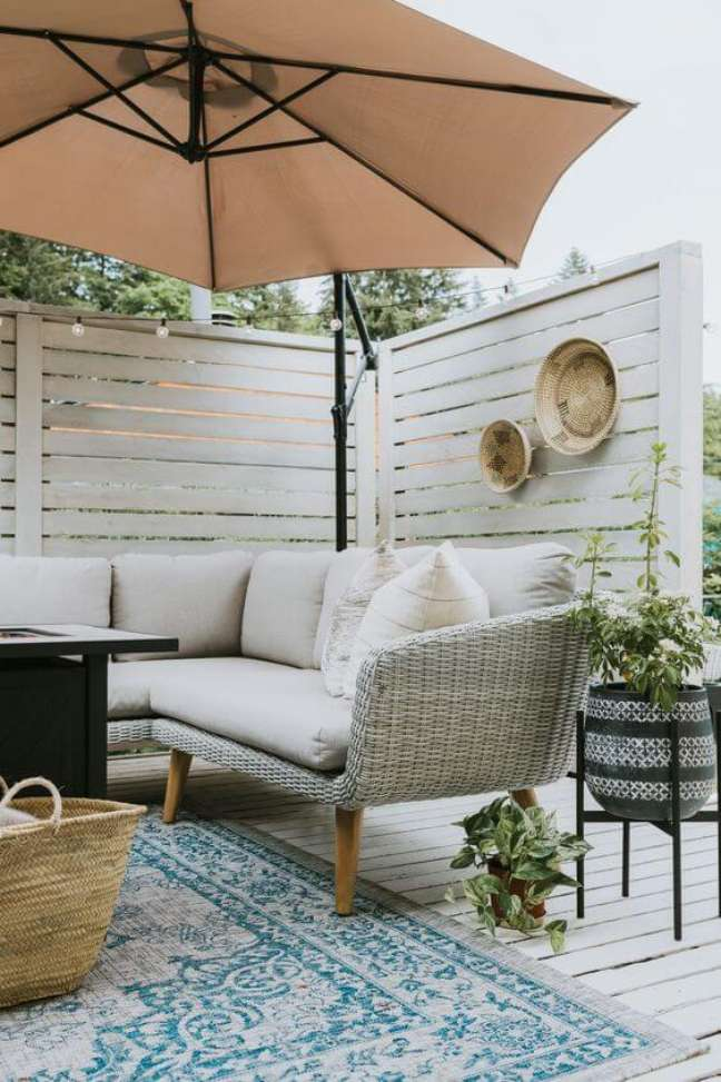 8. Área da piscina com sofá pé palito – Foto Jessica Sara Morris