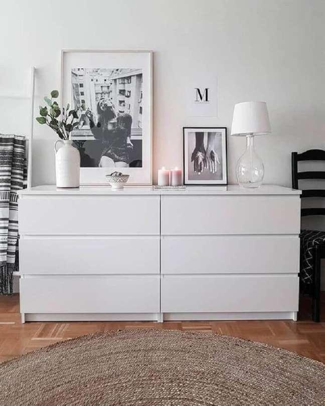 38. Decoração com tapete redondo rústico e abajur de vidro para cômoda branca – Foto: Pinterest