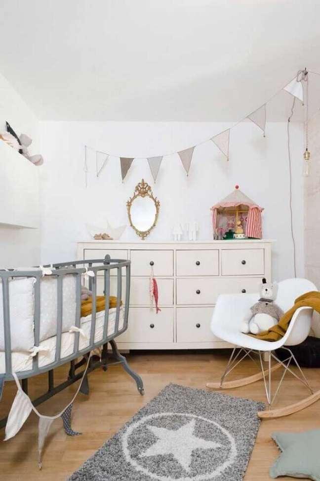 31. Cômoda de bebê branca para decoração de quarto simples com varal de bandeirinhas – Foto: Jeito de Casa